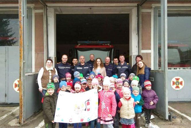 Діти привітали вогнеборців із професійним святом