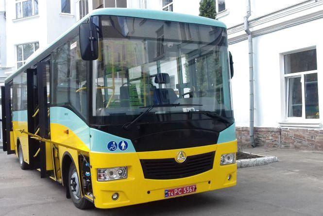 У двір міської ради привезли автобус, виробник якого програв тендер
