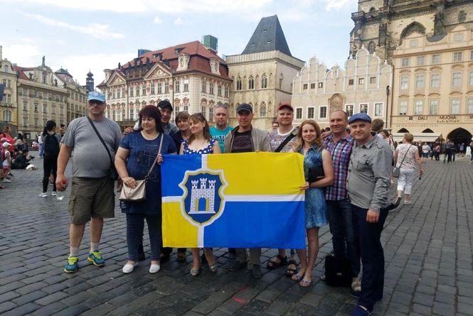 Учасники проекту Bus of heroes розгорнули прапор Житомира у Кракові та Празі