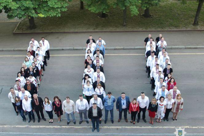 Поліцейські Житомирщини відзначили День вишиванки патріотичним флешмобом