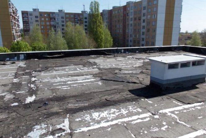 У Житомирі патрульні врятували хлопця, який хотів стрибнути з даху багатоповерхівки