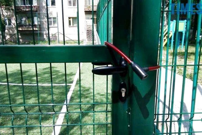 """Приватний чи комунальний: майданчик на Вокзальній, 8 досі залишається """"привласненим"""""""