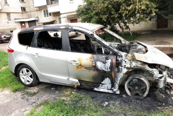 У коростенському дворі з незрозумілої причини згорів автомобіль