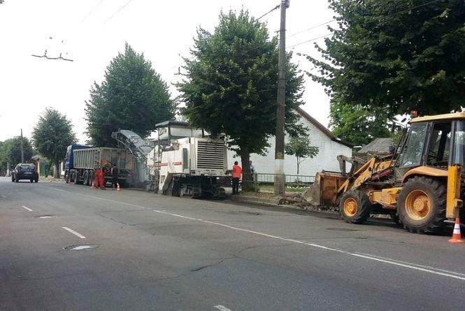 Підрядник розповів, де наразі проводять ремонт доріг та чому планують завершити їх раніше терміну
