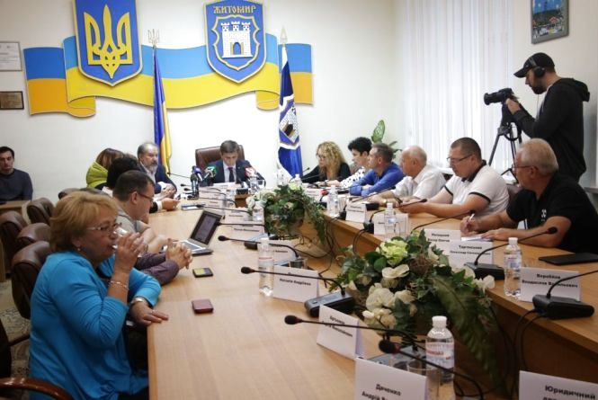 Житомиряни вимагають заборонити закупку питної води для чиновників міськради за бюджетні кошти