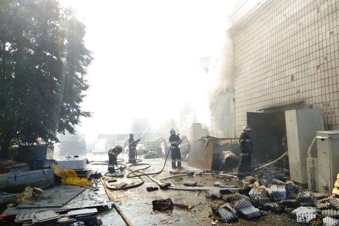 Пожежу на картонному комбінаті загасили о шостій ранку: рятувальники спростовують звинувачення у непрофесійності. ВІДЕО