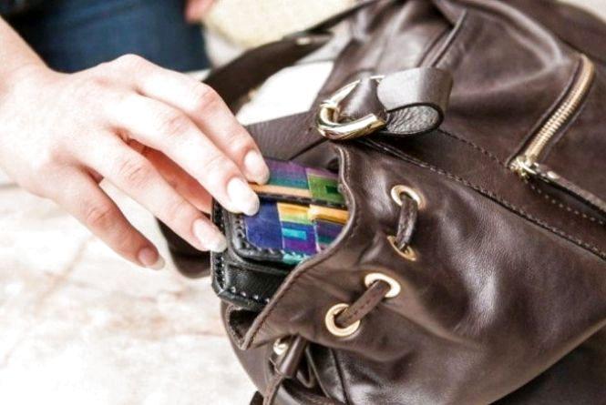 У Пулинському районі поліція викрила жінку, яка поцупила чужий гаманець