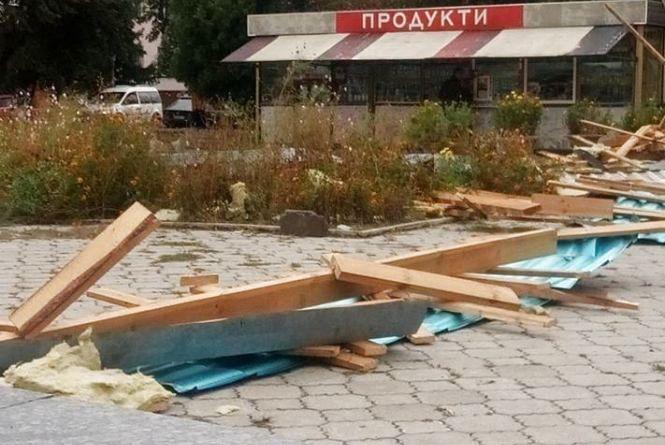 Сильний вітер зірвав дах з одного з новоград-волинських магазинів