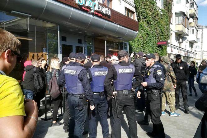 """У центрі Житомира пікетують """"Шарікаву"""": на місце події прибула поліція"""