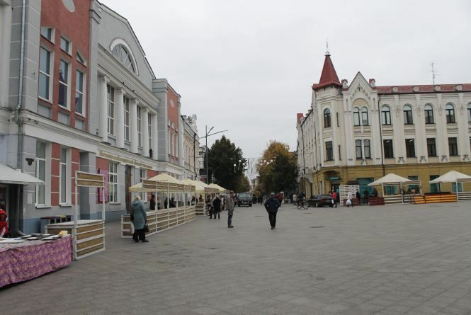 На вулиці Михайлівській почалася підготовка до традиційного національно-обрядового дійства «Покровське весілля». ФОТО