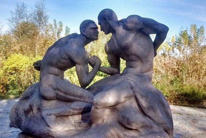 Коростишівський парк прикрасили гранітні Клички