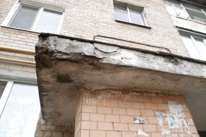 У Бердичеві серед ночі чоловік випав з вікна 5-го поверху на козирок під'їзду