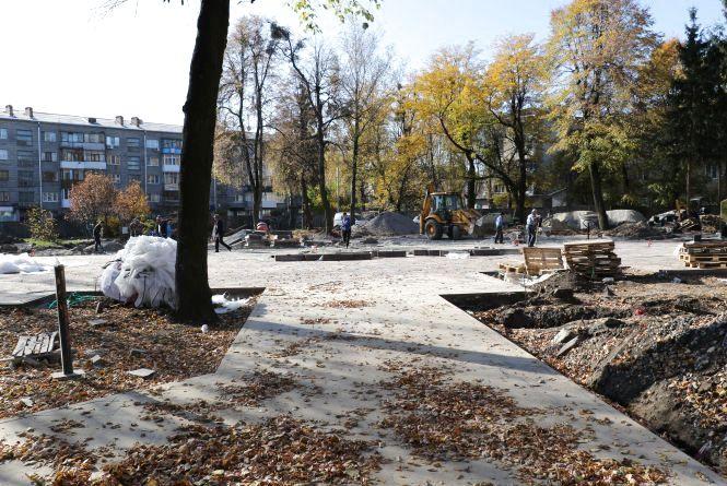 У сквері на Лятошинського тривають роботи з благоустрою