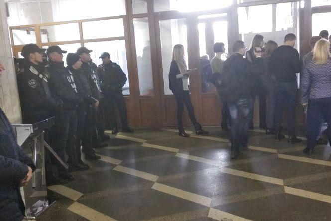 Облрада видала 26 перепусток активістам і представникам громадських організацій на допуск до сесії