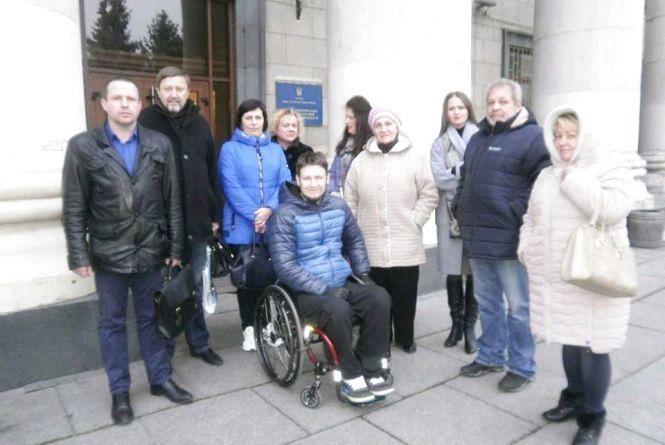 Житомиряни судяться з місцевим депутатом за незаконно приватизовану колясочну