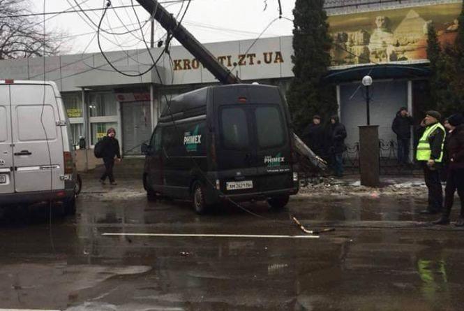 Біля Сінного ринку впала електроопора, рух ускладнено
