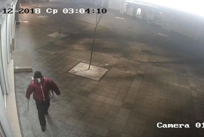 Допоможіть знайти вандала: на Михайлівській потрощені ліхтарі та викрадено колонку