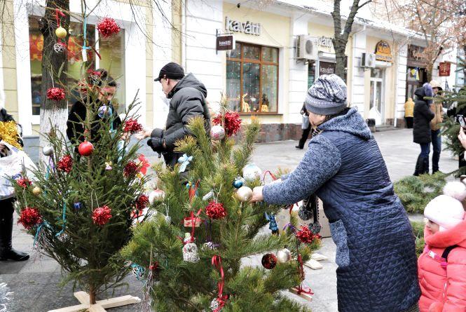 """Іграшки, якими вчора прикрасили ялинки на Михайлівській, вже """"розібрали на сувеніри"""""""