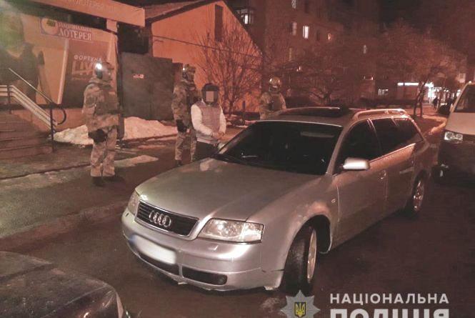 """У Бердичеві затримали групу вимагачів, які """"вибивали"""" 12 тис. грн надуманого боргу з жінки"""