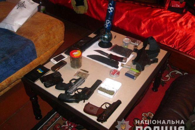 Гранати, зброю та наркотики зберігав у власній оселі житель Коростенського району