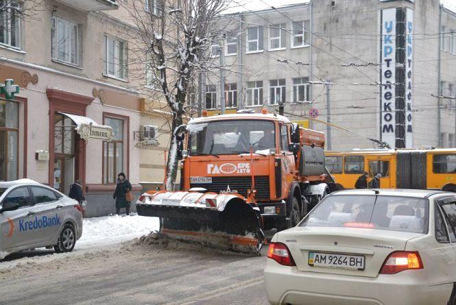 КП УАШ вночі висипало на дороги Житомира 119 тонн піску