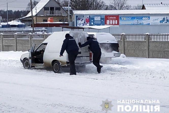 На Житомирщині поліцейські допомагають подорожнім та контролюють дорожню ситуацію