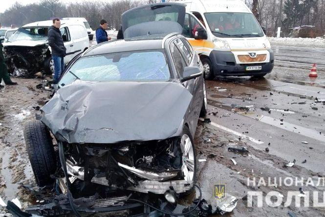 """У Житомирі """"БМВ"""" в'їхав в поліцейську """"Газель"""": двоє людей травмовано"""