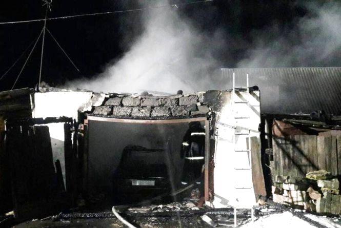 Пожежа в Овруцькому районі: згоріли гараж і авто