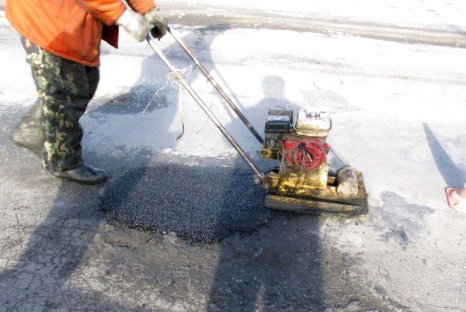 Дорожники користуються теплою погодою: розпочали ямковий ремонт