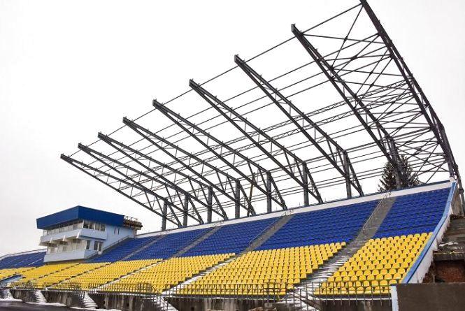 На стадіоні «Полісся» продовжили роботи над монтажем накриття