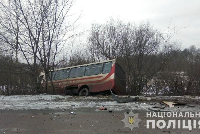 У Черняхівському районі легковик виїхав на зустрічку і зіткнувся з рейсовим автобусом