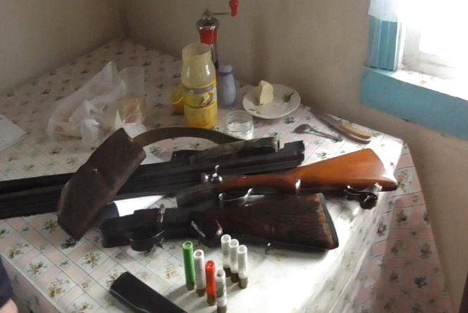 Арсенал у шафі: у жителя Попільнянського району поліцейські виявили порох, вибухівку та зброю