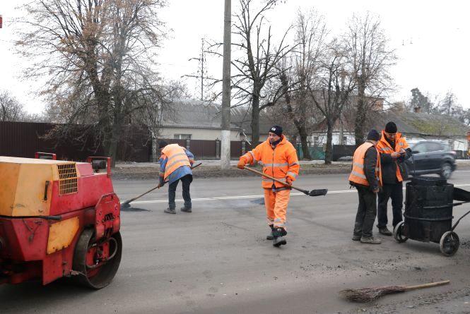 У Житомирі продовжують ямковий ремонт доріг