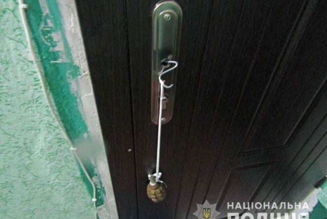 У бердичівській багатоповерхівці до дверей однієї з квартир було приєднано гранату