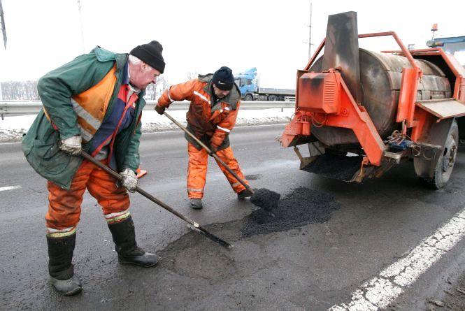 На автошляхах державного значення житомирські дорожники усунули майже 4300 квадратних метрів вибоїн