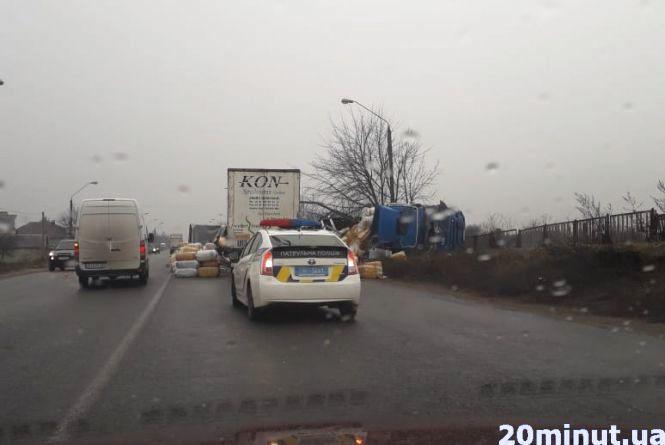 ДТП з трьома вантажівками: авто потрощені, двох водіїв госпіталізовано. ВІДЕО