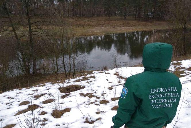 Екологи підтвердили забруднення річки Тетерів нафтопродуктами з труби льонокомбінату