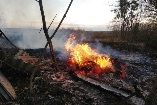 Вогнеборці Житомирщини загасили 14 пожеж сухої трави та сміття