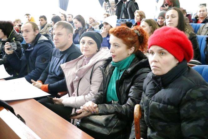 Житомиряни під мерією мітингували проти заборони невакцинованим дітям відвідувати заклади освіти