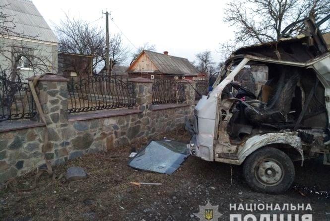 У Баранівці бус протаранив кам'яний паркан домоволодіння, водій втік