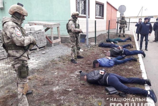 Поліція затримала у двох райцентрах Житомирщини банду вимагачів, які тероризували приватних підприємців