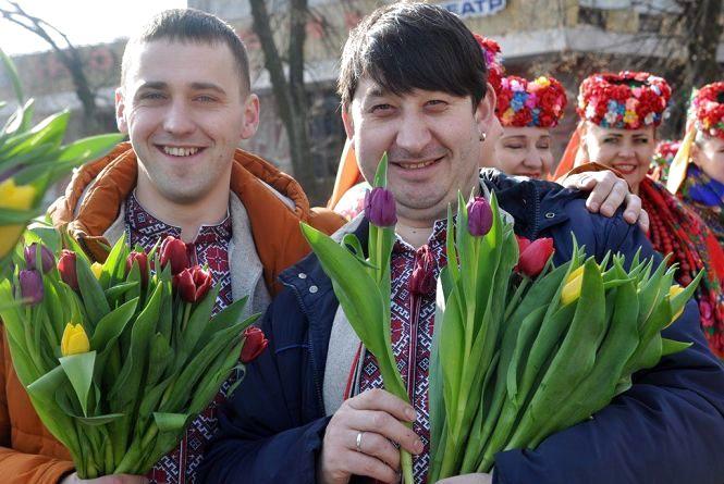 """У центрі Житомира жінок вітали з 8 Березня артисти """"Льонка"""""""