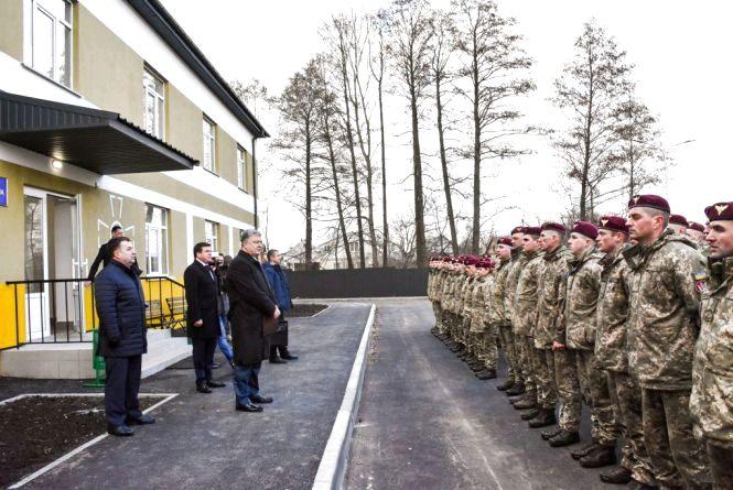 На Житомирщині Петро Порошенко відкрив перші 4 гуртожитки для військових
