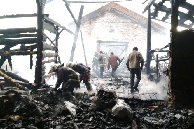 У Романівському районі працівники підприємства палили сміття, від якого запалав склад