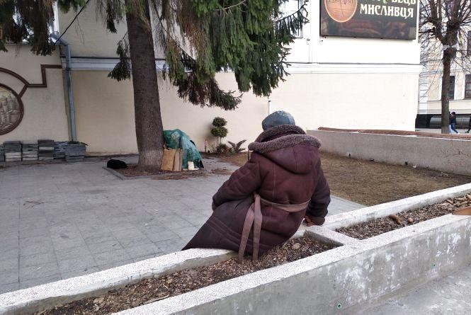 Біля ялинки на Михайлівській в центрі Житомира живе бездомна бабуся