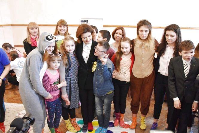 У флешмобі «Lots of Socks» в Житомирі взяли участь перша леді країни з донькою