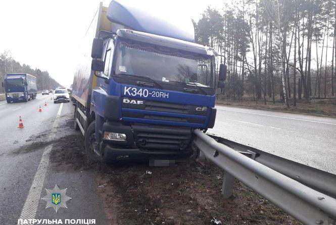 На трасі Київ — Чоп вантажівка влетіла у відбійник