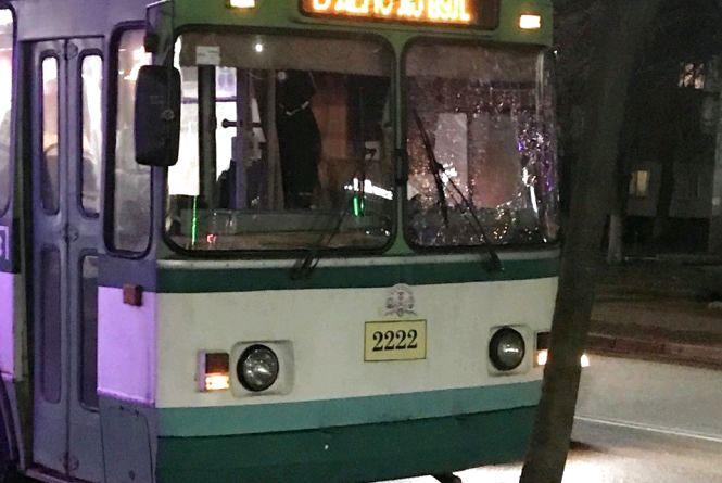 У Житомирі на ходу розбили скло тролейбуса