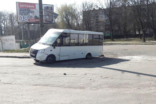 У Житомирі у маршрутки на ходу відвалилося колесо: фотофакт
