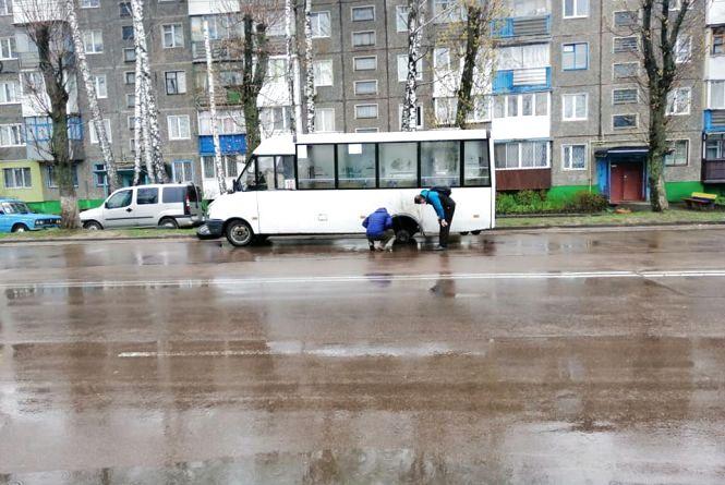 На Польовій у маршрутки № 10 на ходу відпало два колеса